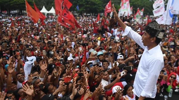 Capres nomor urut 01 Joko Widodo menggelar kampanye terbuka di Banyuwangi. Momen itu dimanfaatkan Jokowi untuk foto bersama para relawan.