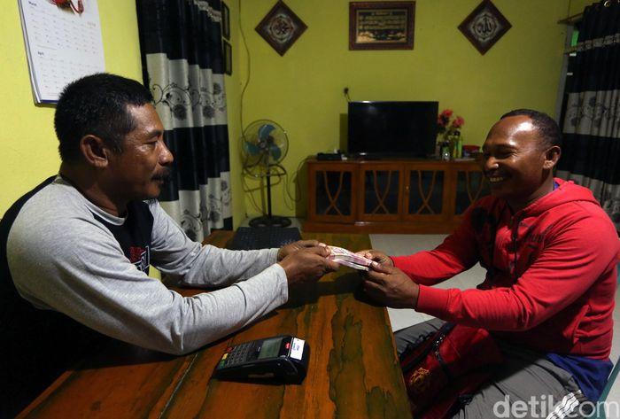 Badarudin Saleh (40) merupakan agen BRILink yang tinggal di Pulau Saketa atau Halmahera, Halmahera Selatan. Ia bercerita mengenai awal mula dirinya menjadi agen BRILink di tempat tinggalnya tersebut.