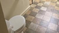 Ruang meeting ini dilengkapi dengan toilet yang memungkinkan Anda tetap mendengarkan isi rapat sambil buang air. Istimewa/Dok. Boredpanda.