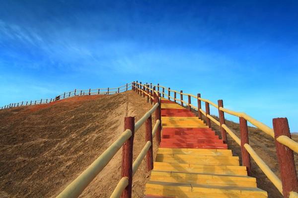 Tangga menuju puncak perbukitan (iStock)