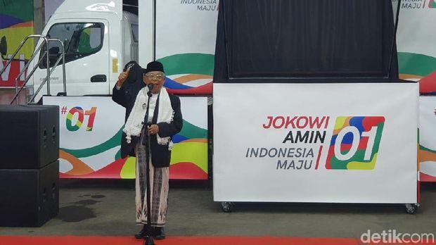 Ma'ruf Amin turut berpose salam jempol saat meluncurkan kampanye model hologram.