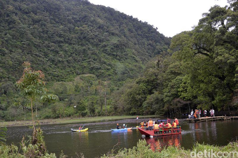 Hamparan air yang luas dengan latar pegunungan ini bernama Telaga Sigebyar Mangunan. Telaga ini berada di di Dukuh Mangunan, Desa Tlogohendro Kecamatan Petungkriono, Pekalongan. (Robby Bernardi/detikcom)