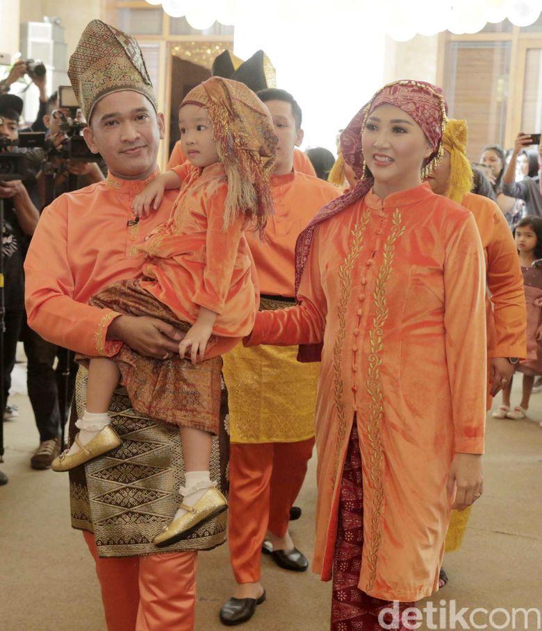Ruben Onsu, Sarwendah dan si kecil Thalia saat ditemui di kawasan Dharmawangsa, Jakarta Selatan pada akhir pekan lalu.Pool/Ismail/detikFoto.