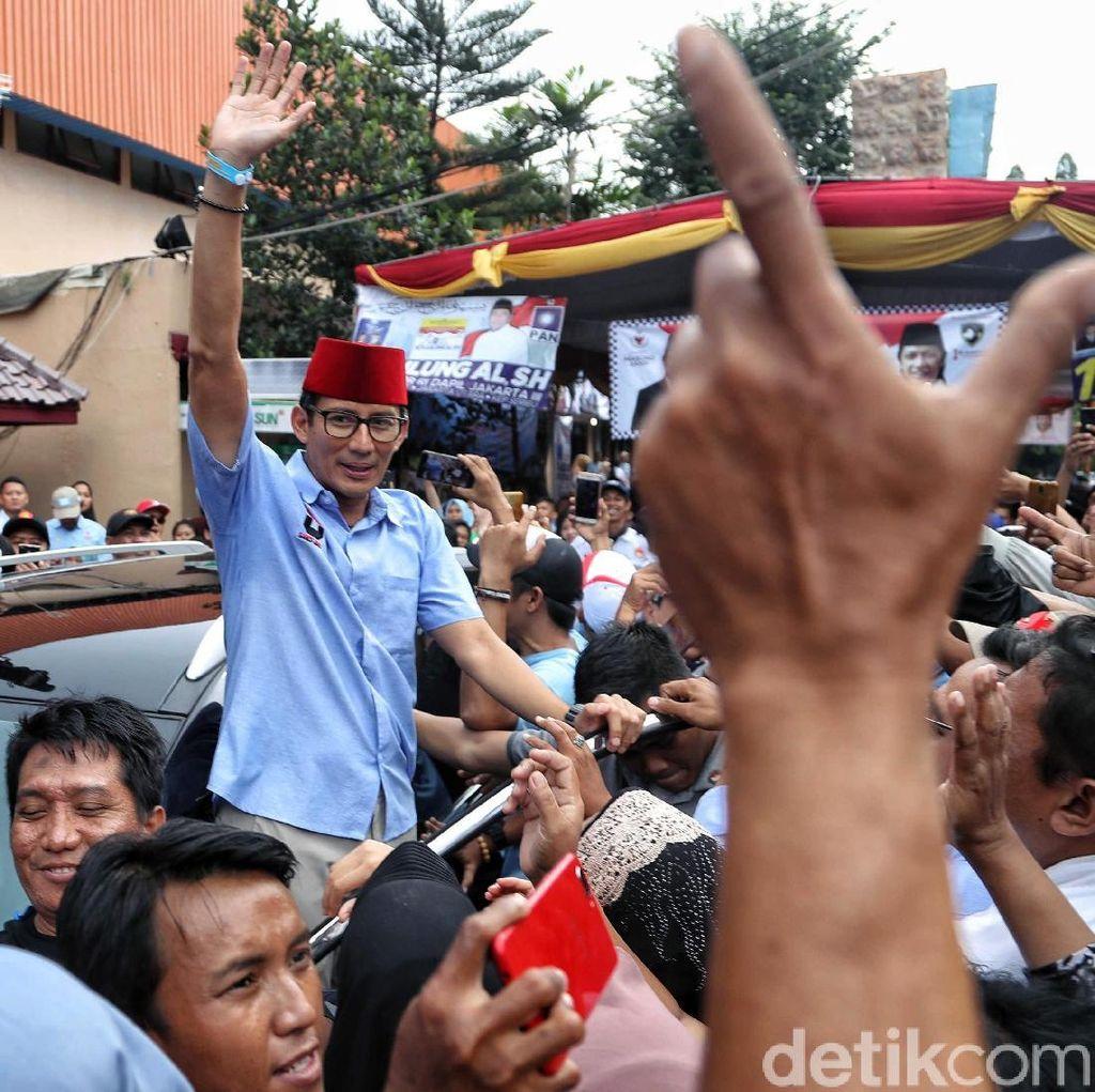 Berkopiah Merah, Sandiaga Uno Sapa Warga Jakarta Utara
