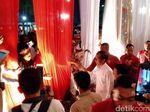 Saat Langkah Kaki Jokowi Dicegat Pendukung yang Minta Swafoto