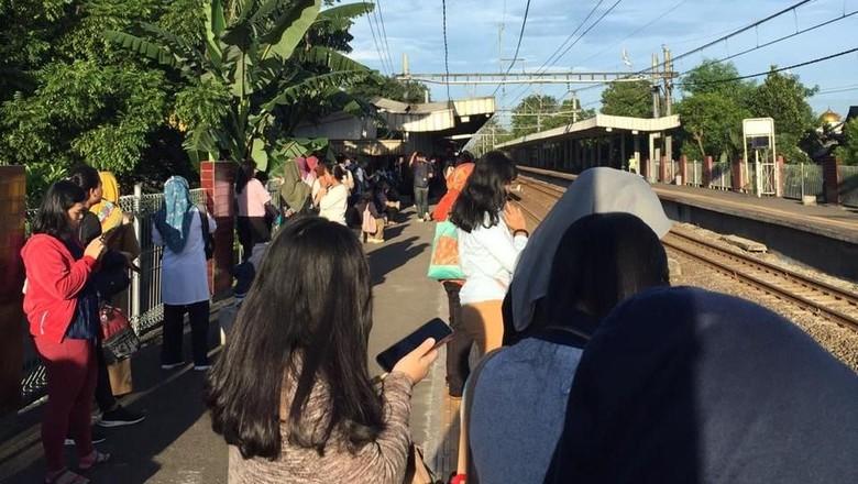 Ada Rel Patah, KRL Jalur Tangerang-Duri Alami Gangguan