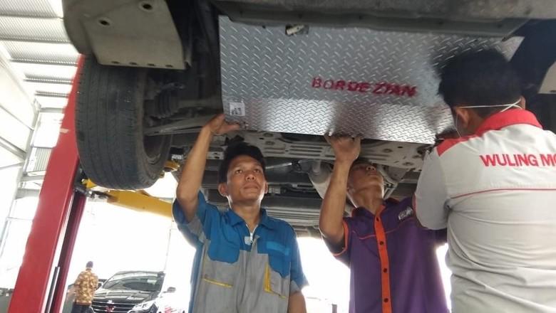 Pemasangan under guard di Wuling Cortez Foto: Istimewa