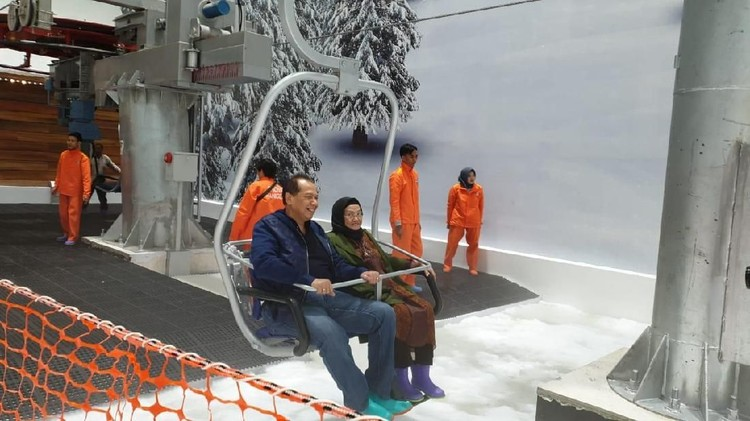 Momen Manis CT Ajak Ibu Main Salju Trans World Snow Bekasi