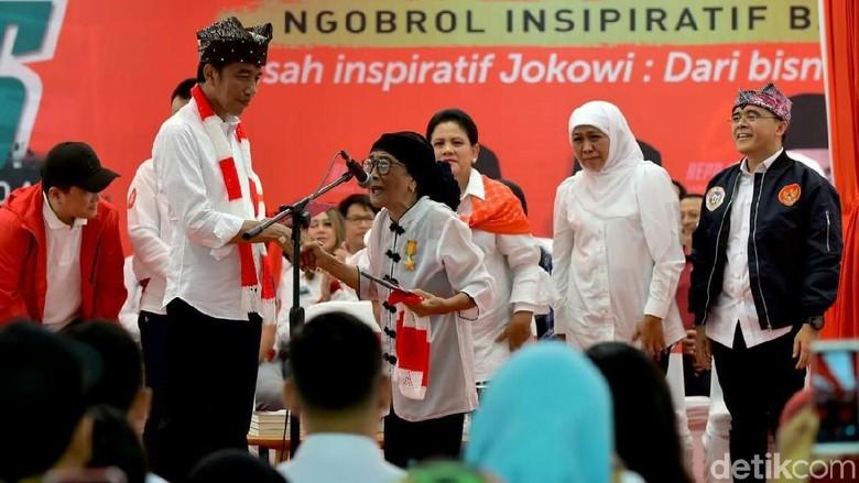 Saat Nenek 80 Tahun Mendadak Beri Selendang Rajutan Sendiri ke Jokowi