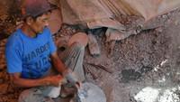 Bersama dengan ketiga rekannya, Rohmat bisa membuat 10 buah cobek perharinya. Satu cobek ia jual kepada pengepul seharga Rp. 5000 hingga Rp 50.000 tergantung ukuran dan jenisnya. Penjualan cobek itu pun kini tak hanya dijual di sekitar Bandung, tetapi telah menembus pasar Lampung, Batam, Bali hingga Malaysia.