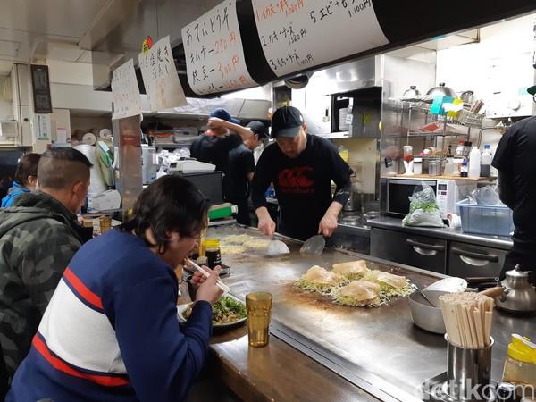 Ada dua jenis tempat duduk di Yacchan. Ada yang barside atau meja makan. Kalau di barside, kamu bisa menikmati pertunjukkan memasak okonomiyaki langsung. (Bonauli/detikcom)