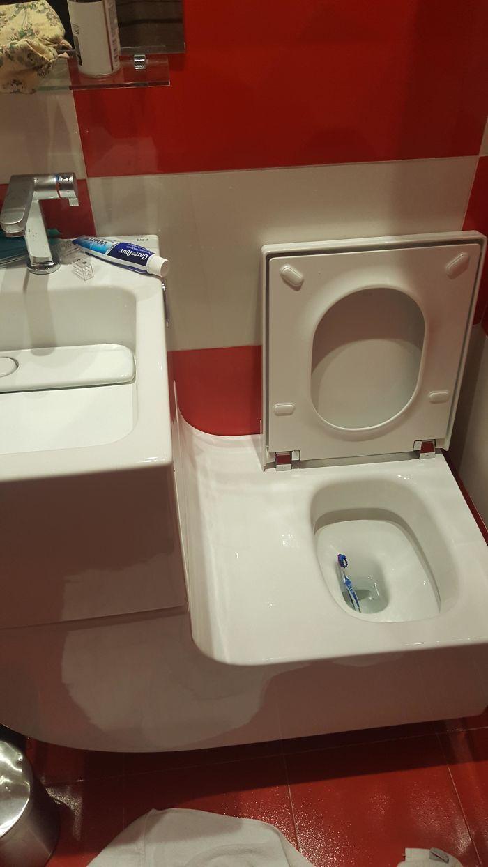 Asyik, ada seluncuran khusus untuk sikat gigi dan odol di samping toilet ini. Istimewa/Dok. Boredpanda.