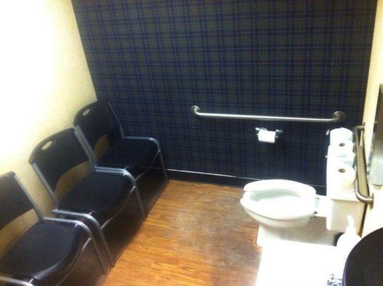 Toilet yang didesain seperti sedang sidang skripsi. Istimewa/Dok. Boredpanda.