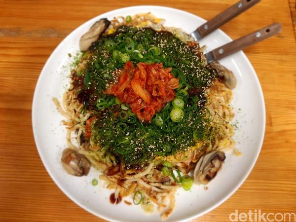 Menu okonomiyaki terdiri dari berbagai sayuran, seafood sampai daging. Bahan utamanya adalah udon dan kue beras. Ukuran porsinya pun termasuk besar. (Bonauli/detikcom)