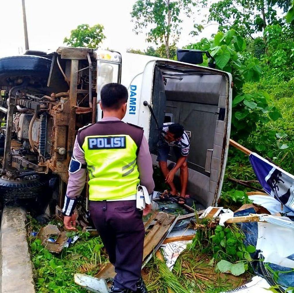 Bus Pengantar Mahasiswa KKN di Sultra Terbalik, 3 Orang Luka