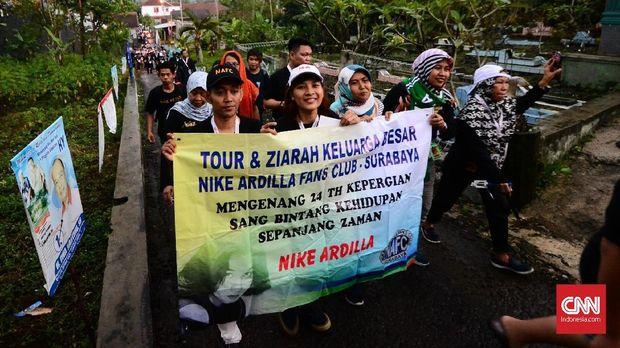 Tur ziarah Nike Ardilla bersama para penggemar dari berbagai daerah.