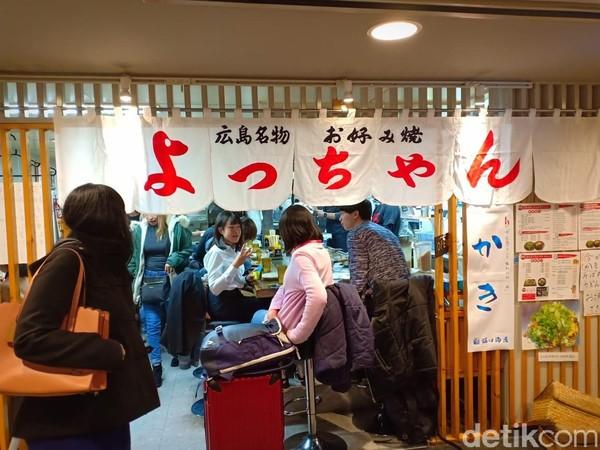 Okonomiyaki adalah makanan khas dari Jepang. Makanan ini bisa ditemukan dengan mudah di Hiroshima. Tempat yang bisa didatangi adalah Yocchan, dekat dengan Terminal Hiroshima. (Bonauli/detikcom)