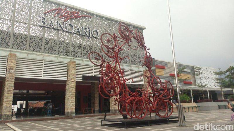 Jika kamu liburan ke Semarang, singgahlah ke Plaza Bandarjo di Ungaran , Kabupaten Semarang. Ada tugu sepeda untuk kamu. (Aji Kusuma/detikcom)