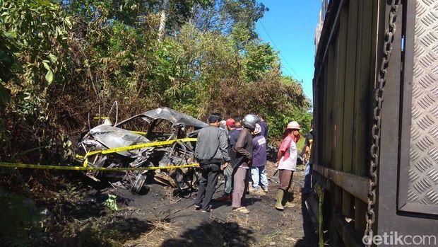 Mobil Terbakar Usai Tabrakan dengan Truk di Jambi, 5 Karyawan Bank Tewas