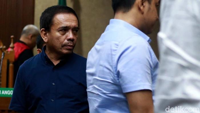 ubernur Aceh nonaktif Irwandi Yusuf dituntut 10 tahun penjara dan denda Rp 500 juta subsider 6 bulan kurungan. Irwandi diyakini jaksa bersalah menerima suap dan gratifikasi.