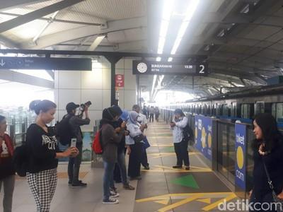Foto: Setelah Diresmikan Jokowi, MRT Jakarta Makin Ramai Penumpang