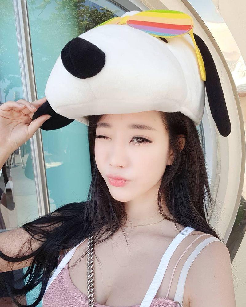 Bomi adalah seorang youtuber dari Korea Selatan. Lebih suka kegiatan outdoor, Bomi sering liburan ke pantai. (bomi1004/Instagram)