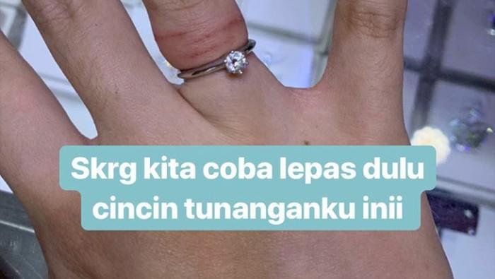 Ketika Tasya Kamila harus terpaksa potong cincin tunangan dan pernikahan. Foto: dok. Instagram Stories Tasya Kamila