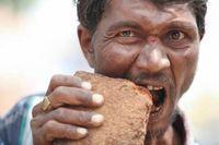 Hii Aneh! Orang-orang Ini Hobi Makan Batu, Sabun hingga Kertas