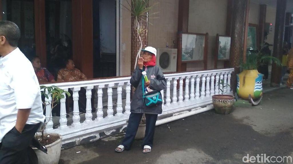 Mak Inun, Pawang Hujan di Garut Bersenjata Senter