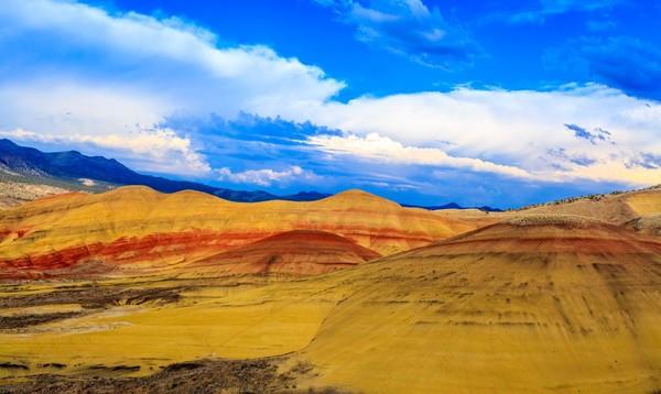 Perbukitan yang tampak bergaris-garis dengan warna yang tak biasa ini terbentuk secara alami sejak jutaan tahun lalu (iStock)
