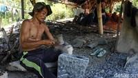Kampung Pojok, Desa Jayamekar, Padalarang, Bandung Barat terkenal dengan kerajinan cobek dari batu sejak dulu kala. Cobek dari tempat ini dikenal kuat karena berasal dari bebatuan yang berada di kaki Gunung Halimun.