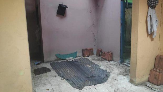 Kondisi di dalam rumah kosong tampak kotor dan berantakan.