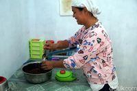 Agnes saat membuat sambal roa (Wahyu/detikcom)