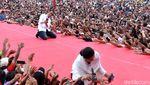 Momen Jokowi-Iriana Foto Bersama Pendukung di Kampanye Terbuka