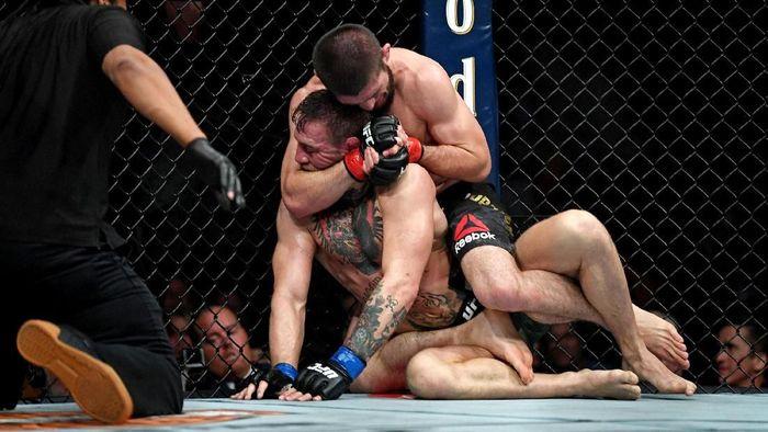 Conor McGregor saat ditumbangkan Khabib Nurmagomedov. (Foto: Reuters)