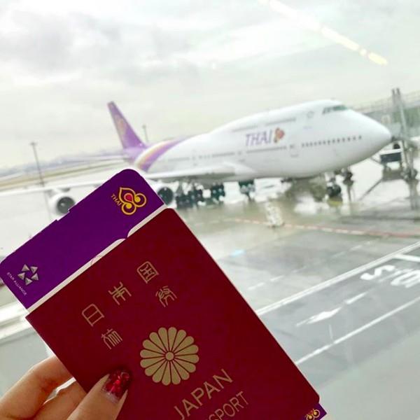 Saat mendarat di Thailand, dia memamerkan pasport nya. (kisa_awn/Instagram)