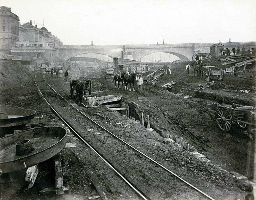 Sistem MRT London atau disebut juga London Underground atau Tube adalah kereta bawah tanah pertama di dunia. Ini adalah foto antara tahun 1866-1870 saat konstruksi di Waterloo Bridge. Foto: Museum of London