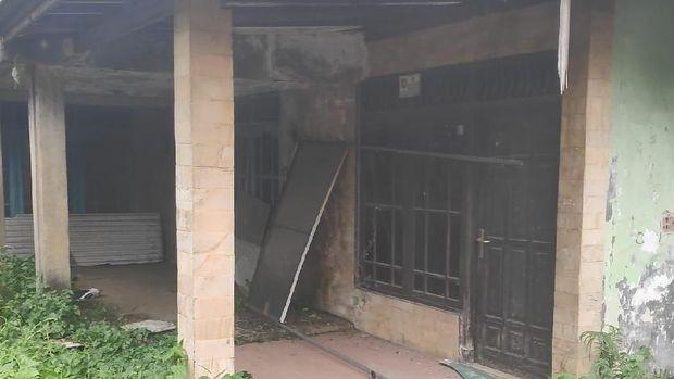 Jendela dan pintu tampak rusak.