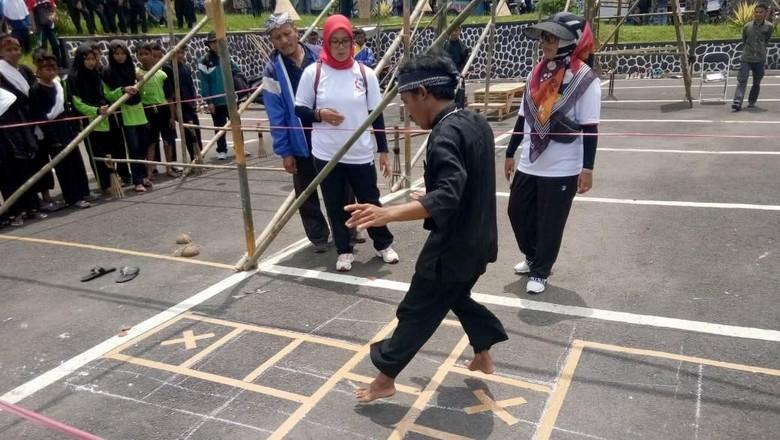 Permainan tradisional di Pekan Kebudayaan Nasional 2019 (dok. Pemkab Tasikmalaya)
