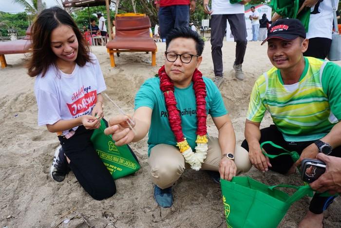 Muhaimin Iskandar memungut sampah sedotan plastik. (Aditya Mardiastuti/detikcom)