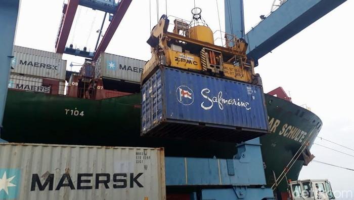 Pelabuhan Panjang di Lampung kedatangan kapal raksasa berkapasitas 4.000 TEUs (standar peti kemas 20 kaki) secara perdana pada Senin (25/3) kemarin.