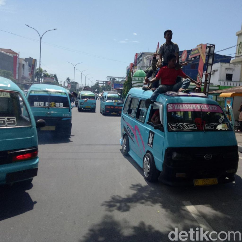 Protes Angkutan Online Tak Dipungut Retribusi, Sopir Angkot di Makassar Demo