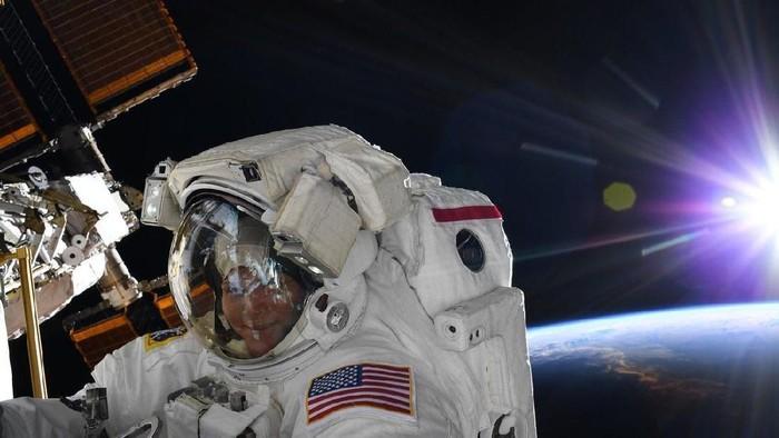 Anne McClain, astronot perempuan ke-13 yang berhasil melakukan spacewalk. Foto: Twitter/AstroAnnimal