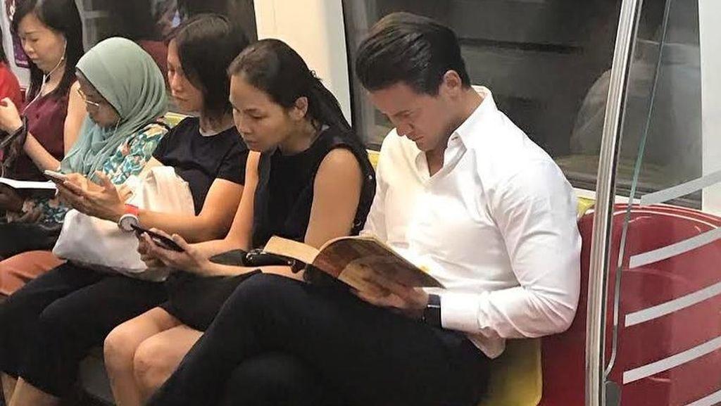 Cowok Ganteng Lagi Baca Buku di MRT Jadi Sensasi di Internet