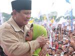 Kampanye di Mataram, Prabowo Dipeluk Emak-emak