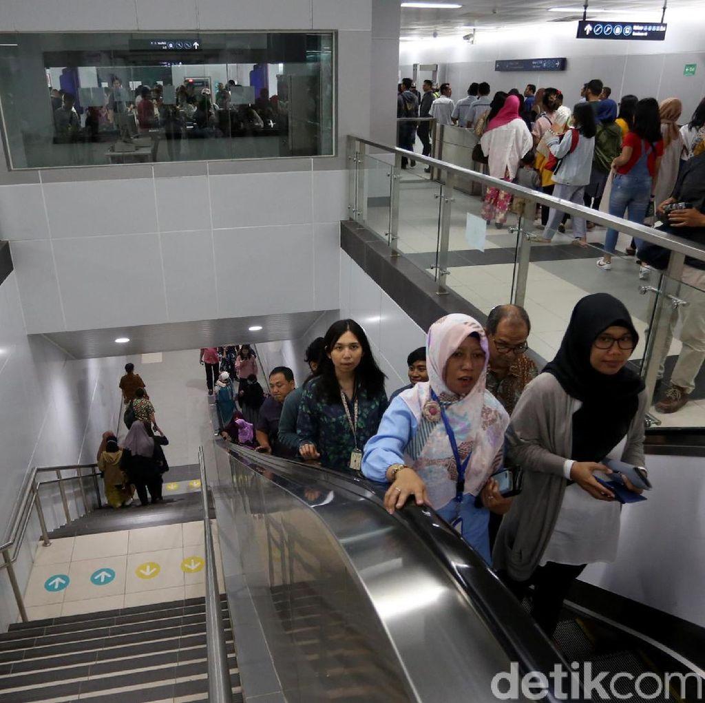 MRT Masih Gratis, Warga Serbu Stasiun Bundaran HI