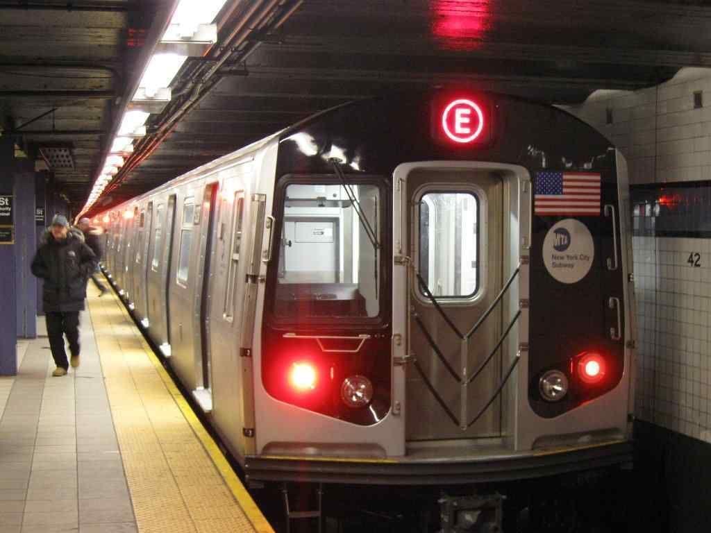 New York City Subway: Subway kota New York adalah yang terbesar dan terpanjang di dunia, beroperasi 24 tiap hari sepanjang tahun. Stasiunnya berjumlah 472 dan total panjang 373 kilometer. Demo pertama kereta bawah tanah di New York ini dilakukan penemu Alfred Ely Beach di 1869. Konstruksinya dimulai pada tahun 1900 dan mulai dibuka untuk publik pada 1904. Foto: Wikimedia