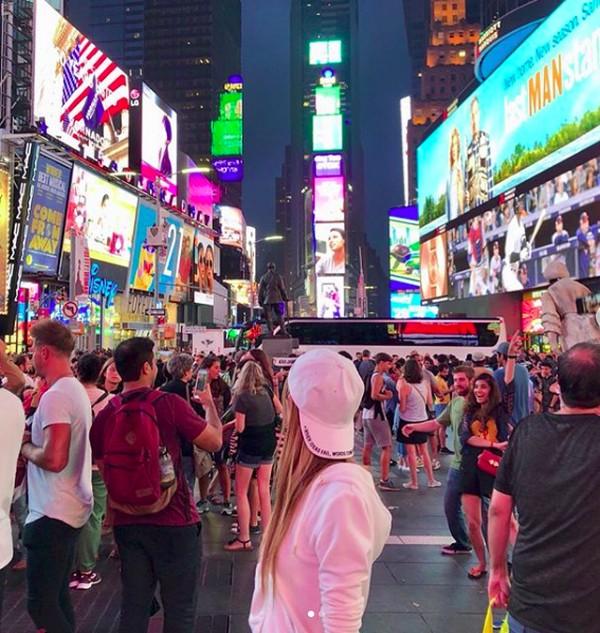 Saat berada di Times Square, New York. (kisa_awn/Instagram)