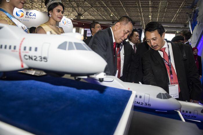 Dalam pameran tersebut PT Dirgantara Indonesia memperkenalkan produk terbaru berupa pesawat CN235-220 varian bersenjata atau Gunship sebagai pesawat dukungan tembakan dari udara untuk pasukan darat (CAS), CSAR (combat SAR), pengawasan laut, dan patroli wilayah perbatasan. ANTARA FOTO/M Agung Rajasa.