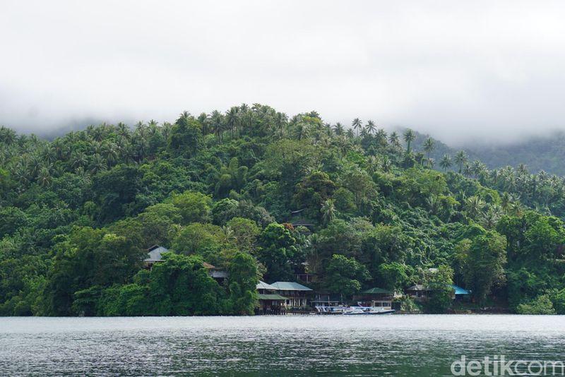 Pulau Lembeh di Sulawesi Utara dikenal memiliki pemandangan bawah laut yang luar biasa indah. Untuk bisa menikmati itu, traveler bisa menginap di Dive Resort. (Wahyu/detikcom)
